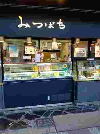 湯島駅を出て数分歩いたところにある「みつばち 本店」は、明治42年(1909年)創業の老舗和菓子店。小倉アイス発祥のお店としても有名ですね。