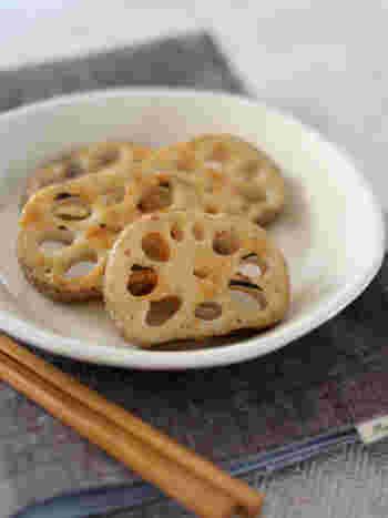 焼いたレンコンを醤油麹とからしで和えるだけの簡単レシピです。ピリッとしたからしがアクセントの大人の箸休めにいかが?