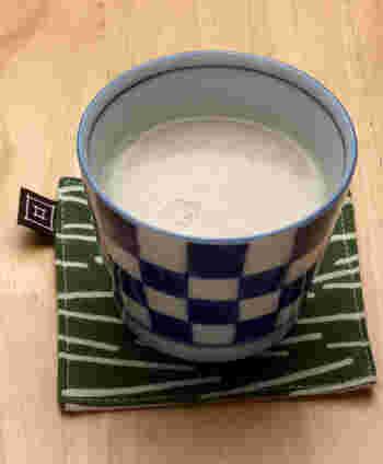 酒粕を使った甘酒は、米麹の甘酒と違って砂糖を入れるのでカロリーが高めですが、食物繊維や葉酸が多く、メラニンの発生を阻害する「アルブチン」や「リノール酸」、コラーゲンの成分「プロリン」と水分を保つ「セラミド」などが含まれる、女性に嬉しい栄養ドリンクに♪また、溶かして煮るだけで作れる手軽さも嬉しいですね。