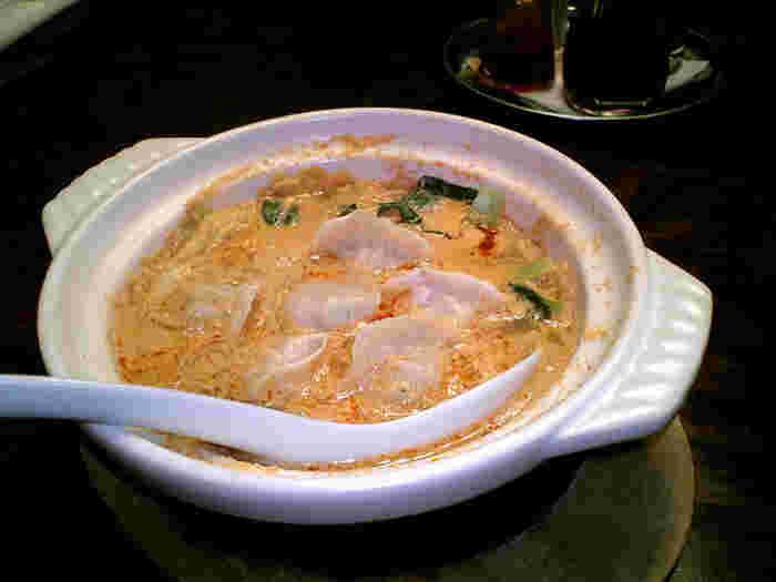 「坦々スープ水餃子」は、濃厚な胡麻スープの中にジューシーな餃子が入っていて食べごたえ満点。ぴり辛の味付けがお酒にもよく合います。本格的な中国酒や飲みやすい果実酒など餃子に合うお酒も揃っていて、女子会にぴったりのお店です。