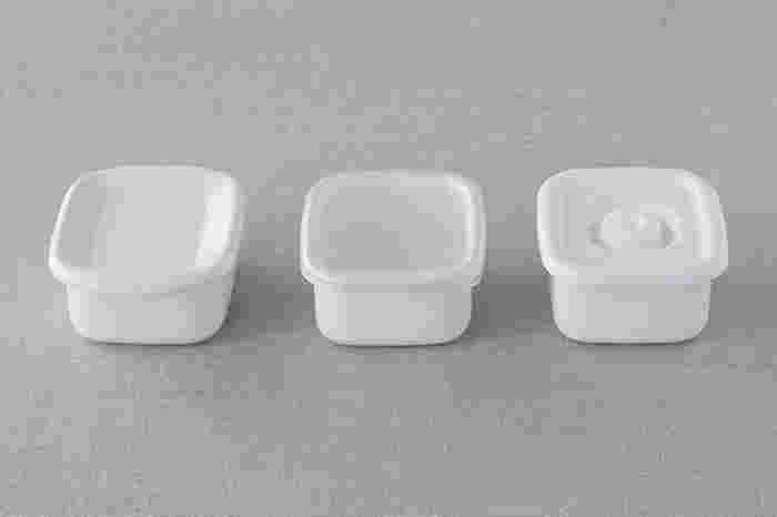"""先程もご紹介したように、カレーの保存は、匂いうつりが心配ですよね…。 その点、琺瑯の保存容器なら、匂いがつきにくく衛生的。しかも、直火調理も可能なので、カレーの温めもそのまま出来て便利です。琺瑯製品の老舗""""野田琺瑯""""のホワイトシリーズは、シンプルで清潔感のあるデザインが魅力的!蓋に関しても「シール蓋」、「密閉蓋」、「琺瑯蓋」と、用途によって使い分けられるのが嬉しいポイント!"""