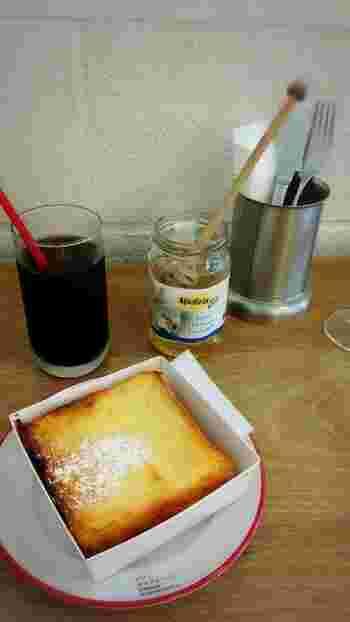 フレンチトーストのモーニングセット。  大人気のフレンチトーストがドリンク付きでモーニングに。あたたかいホカホカのフレンチトーストは朝からハッピーな気分に。
