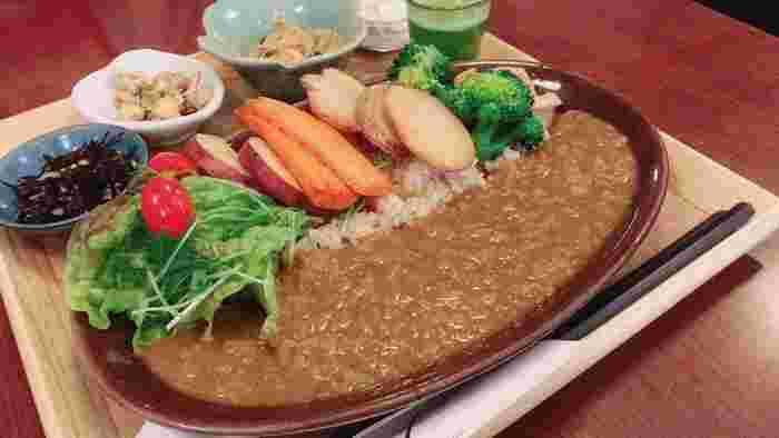 野菜たっぷりの玄米カレーも人気メニュー。小鉢やデザートもつくセットは大満足♪