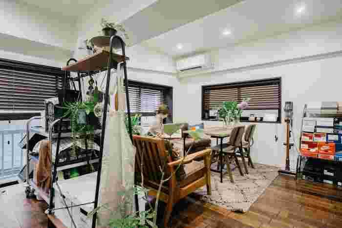 ハンガーラックというとお部屋の角や壁側に置くイメージがありますが、お部屋の真ん中に間仕切りとしてパーテーション風に設置してもいいですね。お気に入りの雑貨やグリーンをフックに掛けてハンギングすると、インテリアのアクセントにもなります。