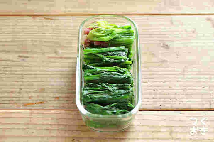 晩ご飯のついでに簡単な常備菜を作ったり、冷凍野菜を冷蔵庫で解凍しておいたり。こんなふうにホウレンソウを多めに茹でてストックしておくと、おひたしや胡麻和え、バターソテーなど色々なアレンジが楽しめますよ。いつもの晩御飯づくりにほんのひと工夫加えるだけで、翌朝のお弁当作りもスムーズにできます。  ここからはそんな毎朝のお弁当作りに役立つ、簡単&美味しい常備菜レシピをご紹介します。