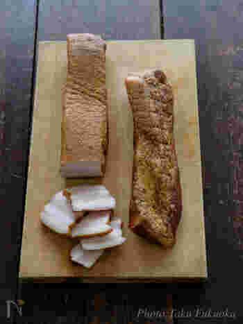 豚バラブロック肉を使って、自家製ベーコンを。数多くの味付けレシピが存在する食材でもあります。ハーブやペッパーなど組み合わせ次第で深い味わいに。薫煙時間の目安は、温燻で約4時間。キャンプのとき、バーベキューを楽しみつつ気長に作るといいかも。