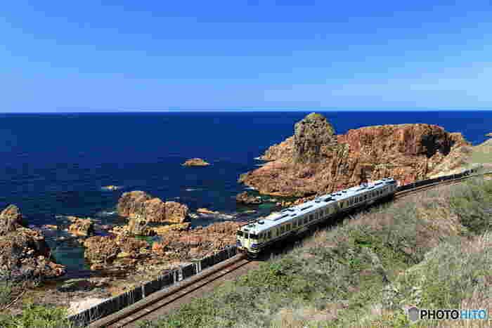列車の旅をしたことはありますか?旅先で列車に乗るだけでも、仕事など日常の移動で電車に乗るのとはちょっと違った気分になるもの。眺める景色も、見慣れた町並みではなく、いつもなら本などを読んで時間をつぶしているけれど、旅先では車窓の風景に夢中になる。そんな経験もあるのでは?
