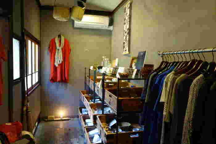 趣のある店内には、雑貨などのショップも併設されていて、タイムスリップしたような空間を一軒まるごと楽しめます。ブログには改修の様子なども掲載されているので、ぜひのぞいてみてください。