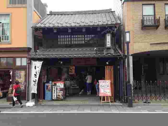 川越市内に数店舗ある「菓匠右門」の中でも、ランチにおすすめなのが一番街にある「浪漫茶房 右門」。お食事処は奥にありますよ。