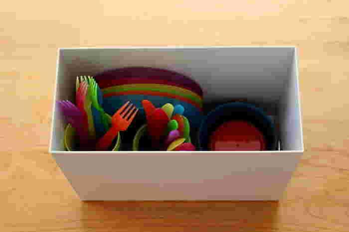 普段使わない子供用食器などをファイルボックスに入れて吊り戸棚へ。カラフルな食器も中身が見えないファイルボックスに入れれば、すっきりとした見た目になって◎