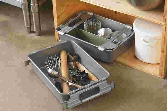 「パーツBOX」は防サビ効果のある亜鉛メッキ仕上げで、スタイリッシュな見た目。屋外でガーデニングツールを収納したり、キッチンで道具類を収納するのに適しています。重ねて収納したいときには「取手付」が便利。取手を内側に倒せばスタッキングでき、中身を傷つける心配はありません。