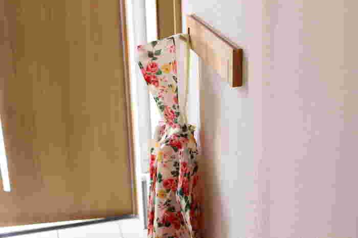コンパクトなので玄関に取り付けても邪魔にならず、コートやレインコートなどもすぐにかけられます。