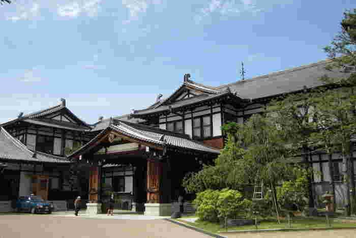 奈良県奈良市高畑町にある奈良ホテル(ならほてる)は、東大寺や奈良公園など自然や史跡に囲まれたホテルです。関西地方では迎賓館としても親しまれ、これまでに皇族や多くの著名人が訪れています。