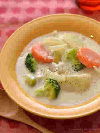ホワイトソースもブイヨンも使わない、あっさり味の米粉のクリームシチュー。魚介類やチキンを使うのがおすすめです。