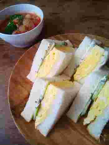 たまごサンドといってもマヨネーズであえるのではなく、卵焼きを挟んだサンドイッチです。おすすめは出来立て熱々!ふわふわの卵焼きと食パンの食感がくせになること間違いなしのレシピです。