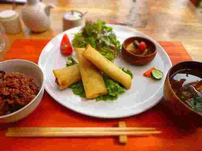 お昼時に訪れた際に是非食べて頂きたいのが「生命のめぐみランチ」。季節によってラインナップが変わるメインに、もちもち食感の酵素玄米、そしてお味噌汁が付いた定食スタイルです。