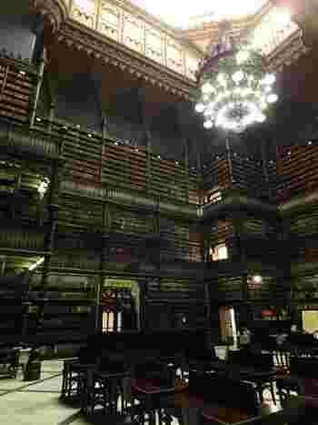 リオデジャネイロのイメージとは対極にある、まるでハリーポッターの世界のような神秘的な「幻想図書館」。35万冊以上の古書がクラシカルな空間に並んでいますが、一切触れてはいけないそうです。