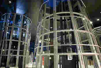 建築界のノーベル賞と呼ばれる「プリツカー賞」を受賞した日本を代表する建築家・伊東豊雄氏デザインの建物で、全面がガラス張りであり、支柱のスケルトン構造が外から直接見ることができます。外観の美しさと先鋭的な構造設計で国際的にも高い評価を得ています。
