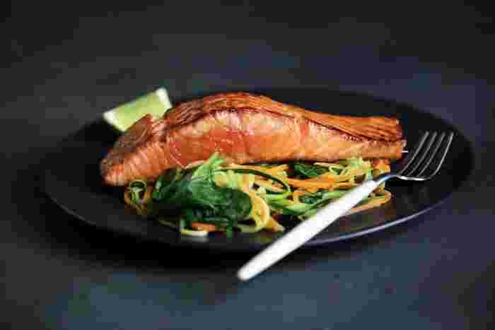 スウェーデンのおすすめ料理は、新鮮なサーモンです。rökt lax (ルクトラックス)とは、スウェーデン語でスモークサーモン という意味です。そして、スウェーデンでいただくサーモンのほとんどは、ディルと呼ばれるハーブがまぶされています。これぞスウェーデン風です。肉厚でジューシーなスウェーデンのサーモンは食べ応え満点です。焼いてあるものや蒸されているものなど、いろいろな食べ方を楽しむことができるのも特徴です。
