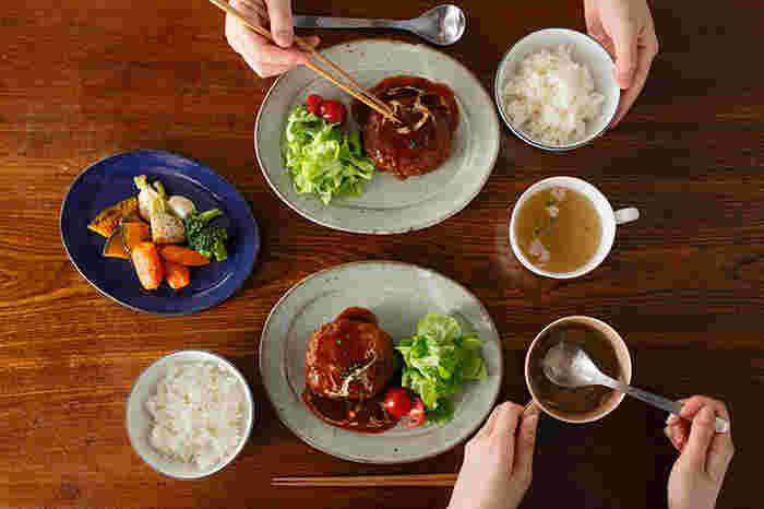 飽きのこないデザインが魅力の作家・寺村光輔さんの「オーバルプレート」は、小料理屋さんに出てくるような落着きのあるデザインが人気。和食にも洋食にも使えるデザイン。和スイーツをのせるプレートとしてもおしゃれ。程よいサイズ感が上品にお料理を演出してくれます。「林檎灰釉」と「瑠璃釉」の2種類のプレートはどちらもシックで色違いで揃えたくなります。