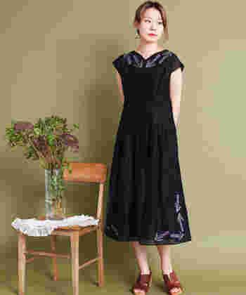 みんなとかぶってしまう可能性の高いブラックのドレスは、刺繍入りで少し「私らしさ」をプラス。裾や襟元だけなど、シンプルな刺繍を選んで。