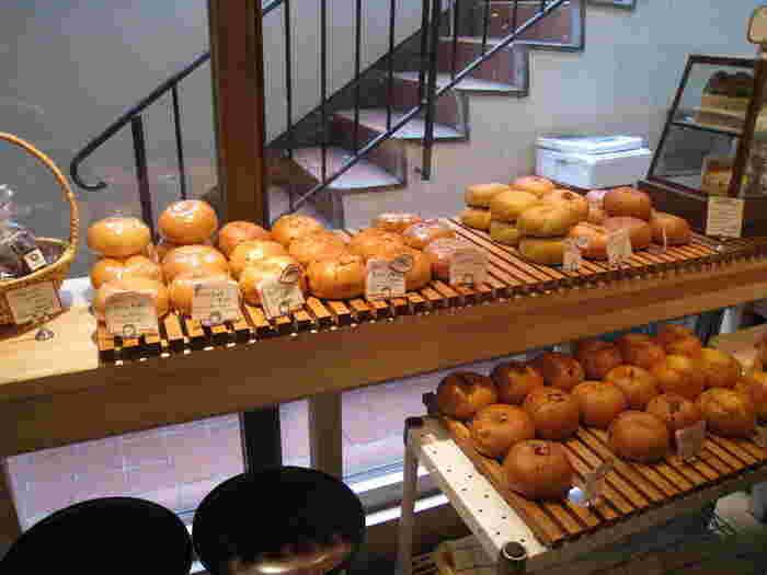 階段を降りると、香ばしいパンの香りが…。常時50種類以上のベーグルを日替わりで焼きあげていて、季節に合わせたベーグルのラインナップも豊富です。