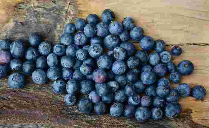 目にいいといわれるアントシアニンが豊富なブルーベリー。国産のものは、6月から夏にかけてが旬です。染物にも使われるほど鮮やかな色合いや、そのまま使える手軽さで、お菓子作りには欠かせない果物です。