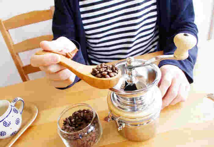 これでいつでもおいしいコーヒーを挽くことができますね。家庭用の電動式のミルでも、使ったあとはブラシでお掃除が基本となります。ブラシがない場合は、乾いた布やティッシュで拭き取れば大丈夫です。