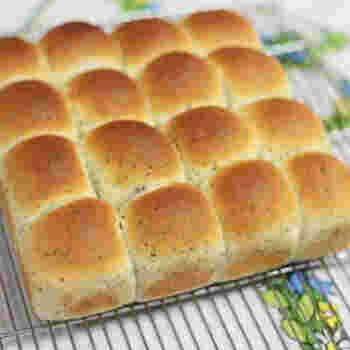 ちぎるとバジルのいい香りがふんわり漂うパン。イタリアン系のお料理によく合いそうです。