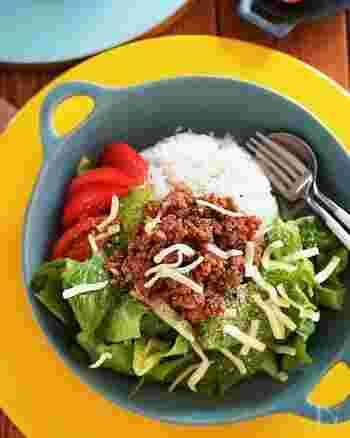 大人も子どもも喜ぶタコライス。一皿でお肉も野菜も摂れるから栄養バランスもGoodです。