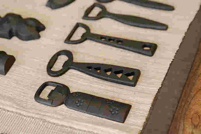 「釜定」は、そんな400年近い歴史を引き継ぎつつ、時代を超えて愛されるような鉄器を生み出してきた作り手。幅広くモダンなデザインの鉄器を作っており、この栓抜きにもさまざまなバリエーションがあります。普段使いはもちろん、キッチンのインテリアとしても、贈り物としてもおすすめ。鉄器はお手入れが難しいところがありますが、栓抜きは調理したり水にふれたりすることもないので、より気軽に生活に取り入れることができます。