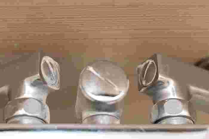 蛇口に溜まった白い水垢汚れもクエン酸が◎クエン酸水のスプレーをしっかり吹きかけてメラミンスポンジでこすり、細かい部分は歯ブラシを使いましょう。落ちにくければ鏡と同様にクエン酸パックをしてしばらく置いたあと、同様にこすります。裏側や下の部分など見えないところにも汚れが溜まっているので念入りに。
