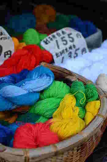 その昔からある刺し子に使う刺し子糸は、大抵かせになっています。刺繍糸よりも長く、四本撚りの甘撚りになっていて丈夫なのが特徴です。素材は綿100%のものがほとんどです。  現代では豊富な色の種類があり、選ぶ楽しみもあります。