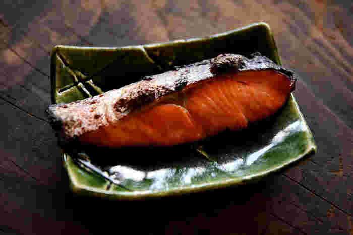 まずは、粕床を使って、定番の「鮭の粕漬け焼き」をどうぞ♪美味しくふっくらと焼き上がります。お弁当のおかずにもおすすめですよ。粕漬け焼きは焦げやすいので、しっかりと粕床を取ってから焼きましょうね。