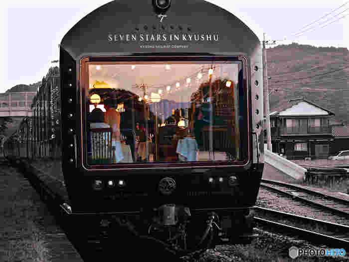 1号車と7号車には全面車窓も。ラグジュアリーな車内にはピアノの生演奏を聴きながらくつろげるバーカウンターや、毎食楽しみな九州各地のシェフこだわりの食事、職人が手掛ける美しい装飾品の数々…九州を一周したいならイチオシの、贅沢な列車の旅です。