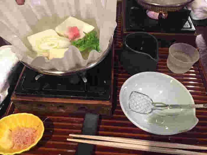 こだわりの湯豆腐や豆腐料理を味わうことができます。ランチは4種類のコースが選ぶことができ、旬の食材を活かしたお肉やお魚料理が味わえます。新鮮な京野菜を使った料理もあり、京都ならではの美味しさに出会えるお店です。