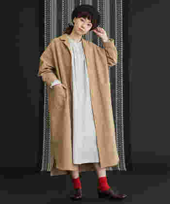 ふんわりとしたコットンリネンのシャツワンピースコートに赤い靴下を合わせれば、きりりとしたアクセントに。ナチュラルカラーの柔らかさを、しっかりと引き締めます。