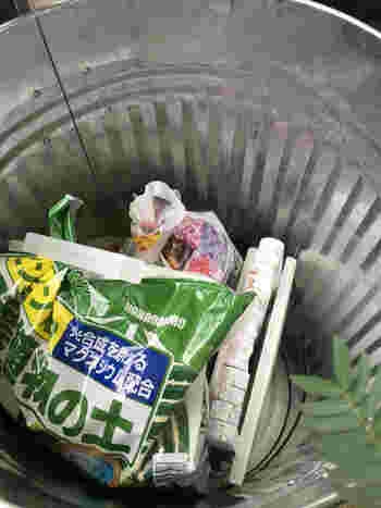 こちらは、錆びにくく丈夫なトタン製のバケツ。雨やの日や水やりの時に水がかかっても安心です。収納としてはもちろん、ごみ箱としても優秀なアイテム。