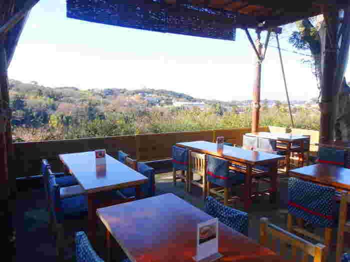 こちらも円覚寺境内弁天堂にあるお茶屋さん「洪鐘弁天茶屋」。見事な景色と開放感を味わうことが出来る素敵なお茶屋さんです。