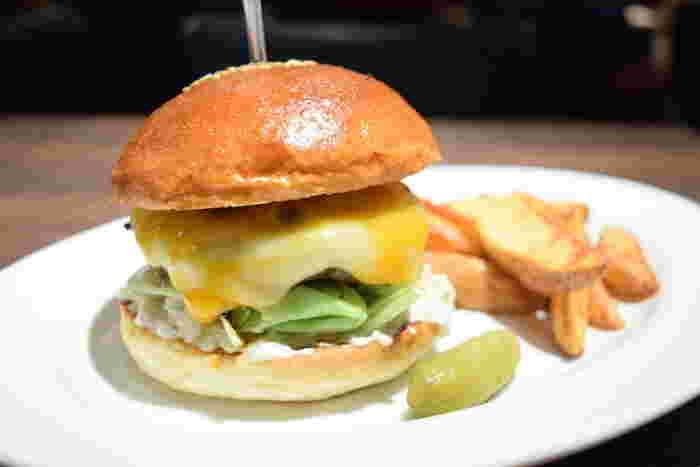 バンズとパティの分厚さが食欲をそそるチーズバーガー。野菜はすべてトッピングなので好きなものを選べます。