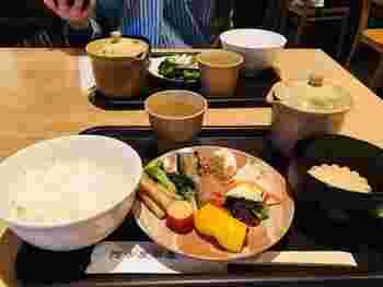 お茶漬けバイキングでは、お漬物ご飯が三種類(白ごはん、十六穀米、おかゆ)あり、好きなお漬物ひとつでも、色んなご飯との組み合わせを楽しめますよ。  菊の形をしたもなかにはお味噌が入っているので、お湯を注いでお味噌汁に。