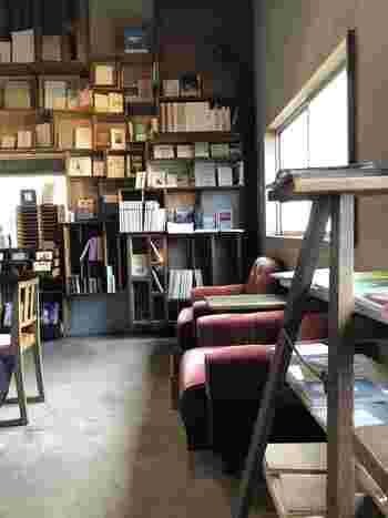 店名からも分かる通り、こちらはブックカフェなんです。2階には木枠の本棚やソファ、テーブルなどがランダムにレイアウトされています。まるで我が家にいるような、くつろぎの時間が過ごせそう。