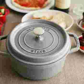 「ココット鍋」は、煮物・炒め物・炊飯などどんな調理法にも対応するマルチ鍋で、プロ仕様の本格派。鋳鉄のしっかりした造りで熱がムラなく回り、無水調理もできます。ラウンド型やオーバル型が一般的。