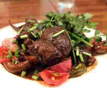 数あるメニューで特に人気が高いのが肉料理。付け合わせの野菜までおいしい!と評判です。