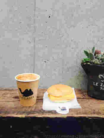 一番人気の卵サンド「エッグオムレツサンドイッチ」。お寿司屋さんの卵焼きのような、ふんわりオムレツを挟んだサンドイッチは、このお店でしか味わえないおいしさ。お好みのドリンクと一緒に食べれば、至福のひと時。