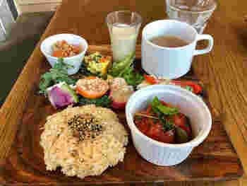 なんと言っても人気なのは、北海道の契約農家さんの有機玄米ゆめぴりかを使ったマクロビランチ プレート。スーパーフードサラダ、ミニスムージーなど身体にいいこだわりの野菜をたっぷり食べる事ができます。
