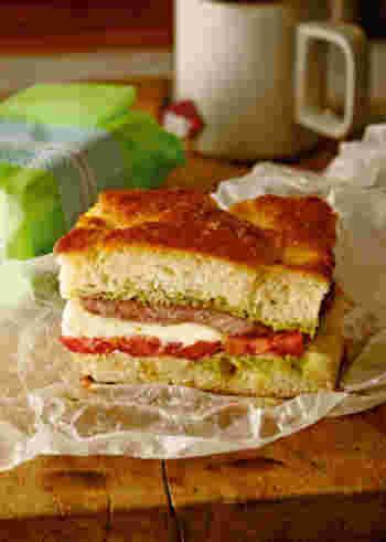 スープやメインに添えたり、ワインなどのおつまみにすることが多いフォカッチャですが、写真のようにスライスして具材を挟んで食べるのもおすすめ。フラットなパンなので、アレンジもしやすいです。