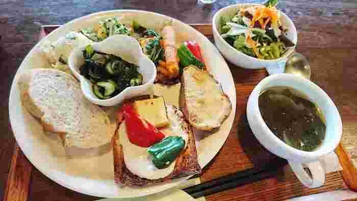 """日替わりをはじめとしたランチメニューは、すべて地元広島の旬野菜をふんだんに使ったヴィーガン料理です。お隣のベーカリー「COUNTRY GRAIN」の手作り天然酵母パンと一緒にワンプレートに盛りつけられ、自家製ドレッシングのサラダとスープ付き。 こだわりは、店名にもなっている""""発芽(SPROUT)""""。豆や穀類などを発芽させることにより、ビタミンやミネラルなどの身体に必要な栄養素をより多く摂ることができるんだそう♪"""