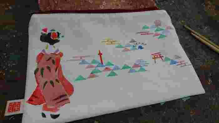 京友禅体験では、オリジナルのグッズを作ることができます。扇子やポーチ・Tシャツ・バッグ・風呂敷・タンブラー・タペストリーなど好きなものを選びましょう。絵柄も見本があるので、そこから気に入ったものを探して順番に色をのせていけば自分だけのオリジナルが完成です。