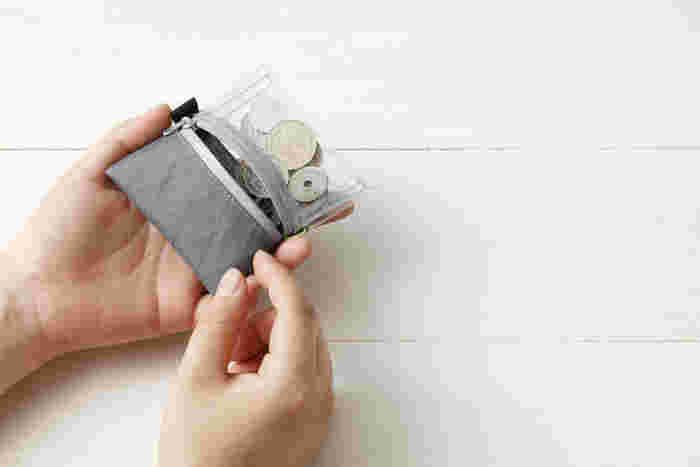 【invisible コインケース】 こうだったら便利だなという発想に遊び心を加えて。さっと小銭入れを出せば、今、小銭がいくらあるか、一目瞭然。ユーモアがあって、かわいらしい仕掛けに胸をくすぐられます。